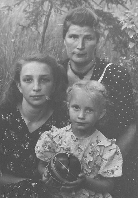 На даче с мамой и сестрой 2 фотография